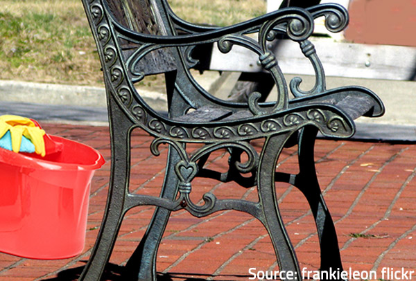 Follow the most practical tips on how to clean metal furniture properly.